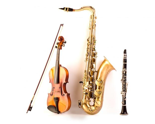 Saxofón tenor saxofón violín y clarinete en blanco.