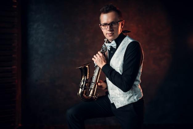 Saxofonista masculino tocando jazz clásico en saxo