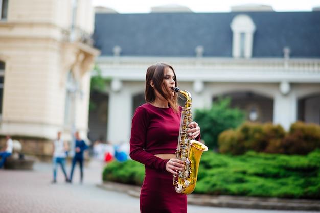 Saxofonista saxofonista mujer tocando el saxo alto músico con instrumento