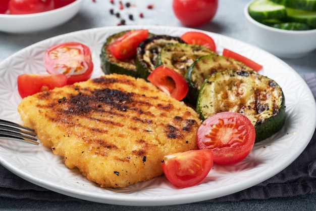 Schnitzel de pollo y calabacín cocido a la parrilla.