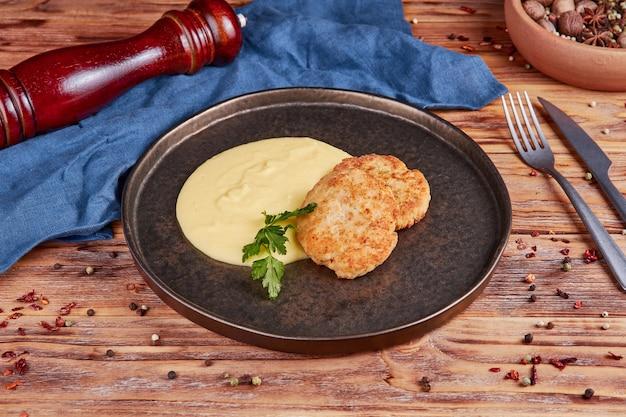 Schnitzel de pollo con puré de patatas, madera
