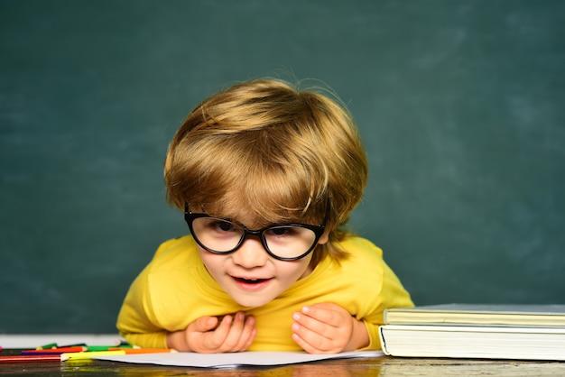Schoolkid o preescolar aprenden grandes logros de estudio niños en edad preescolar escuela primaria