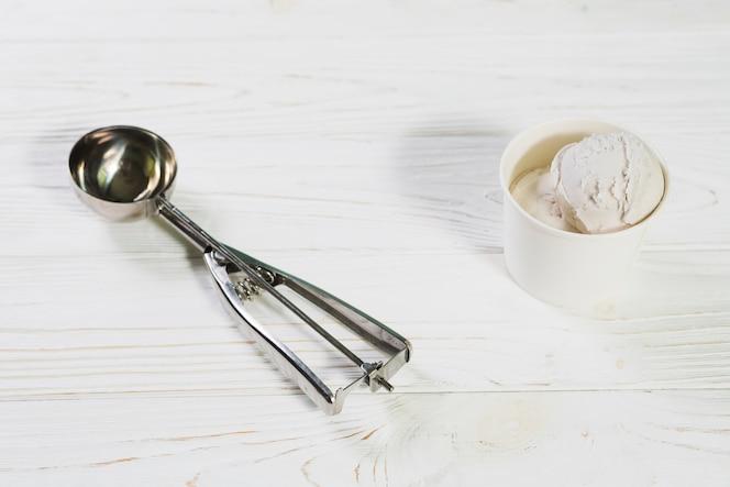 Scoop cerca de la taza de helado '