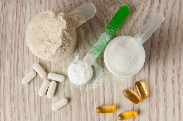 Scoop de proteína, bcaa y creatina, omega3 en pastillas.