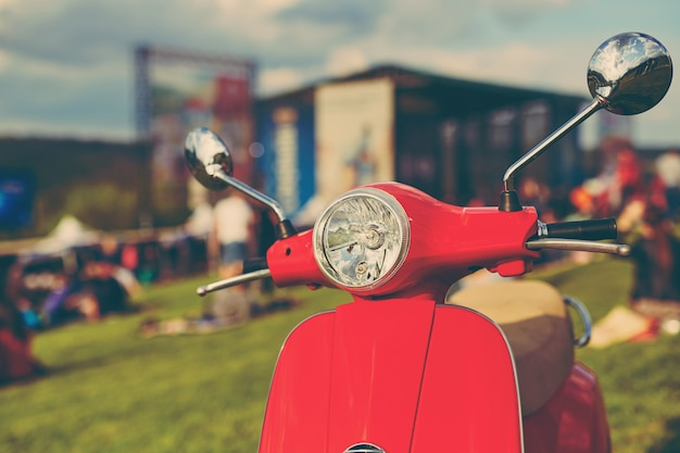 Scooter retro rojo sobre hierba