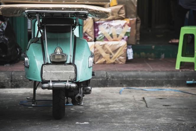 Scooter viejo estacionado en una calle