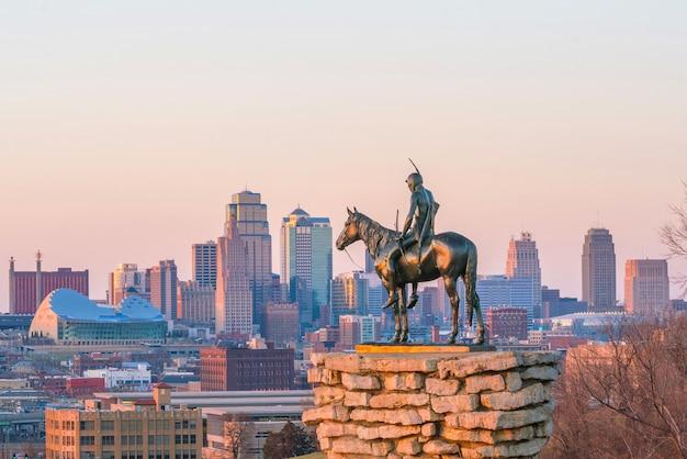 El scout con vistas al centro de kansas city. el scout es una estatua famosa (estatua de 108 años). fue concebido por dallin en 1910