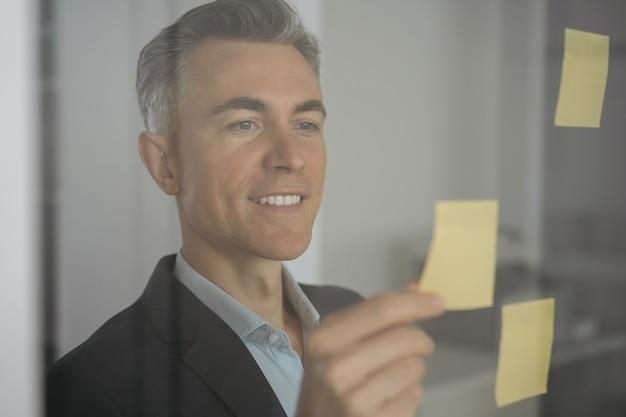 Scrum master exitoso usando notas adhesivas