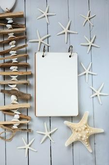 Sea flat lay. lista de tareas de verano. estrella de mar blanca, conchas, madera a la deriva