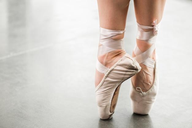 Sección baja del bailarín de ballet bailando