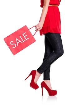 Sección baja de una mujer con su bolsa roja