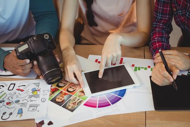 Sección intermedia de diseñadores gráficos que interactúan entre sí mientras trabajan