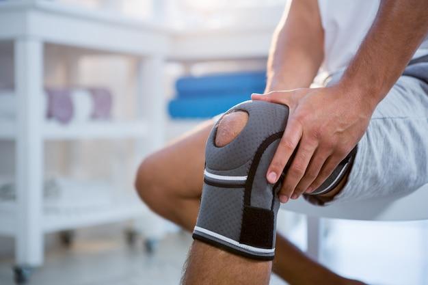 Sección media del hombre con lesión en la rodilla