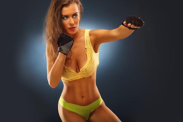 Sección media de la mujer en pose de boxeo