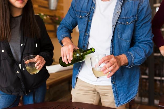 Sección media de una pareja con vaso de alcohol en mano