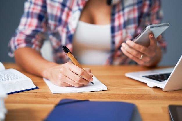 Sección media que muestra el aprendizaje de las alumnas en casa