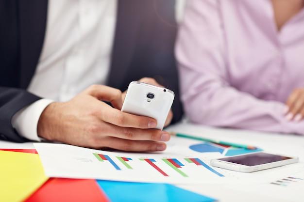 Sección media que muestra a empresarios con smartphone