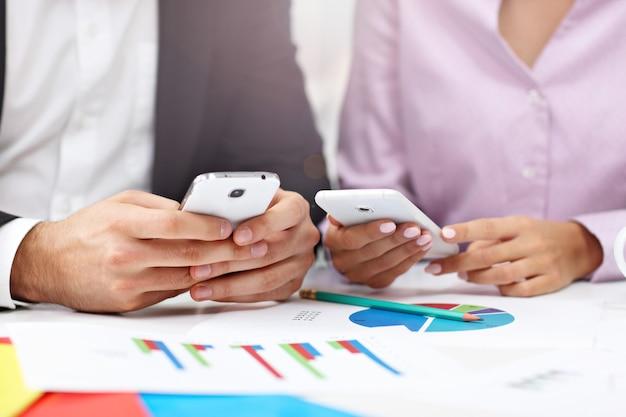 Sección media que muestra a empresarios con teléfonos inteligentes