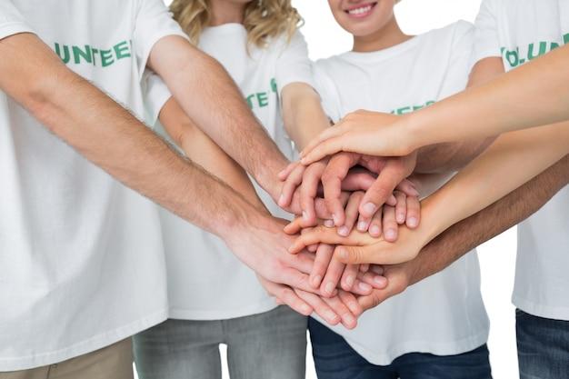 Sección media de voluntarios con las manos juntas