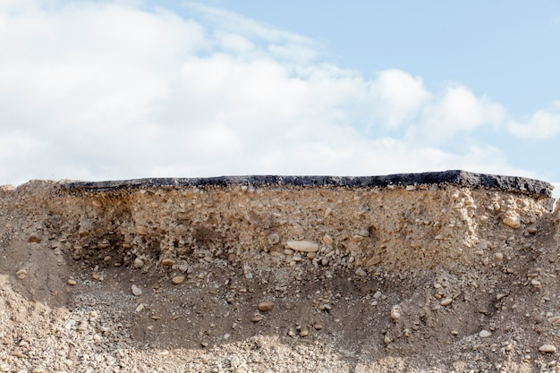 Sección transversal de la carretera de asfalto con fondo de cielo azul
