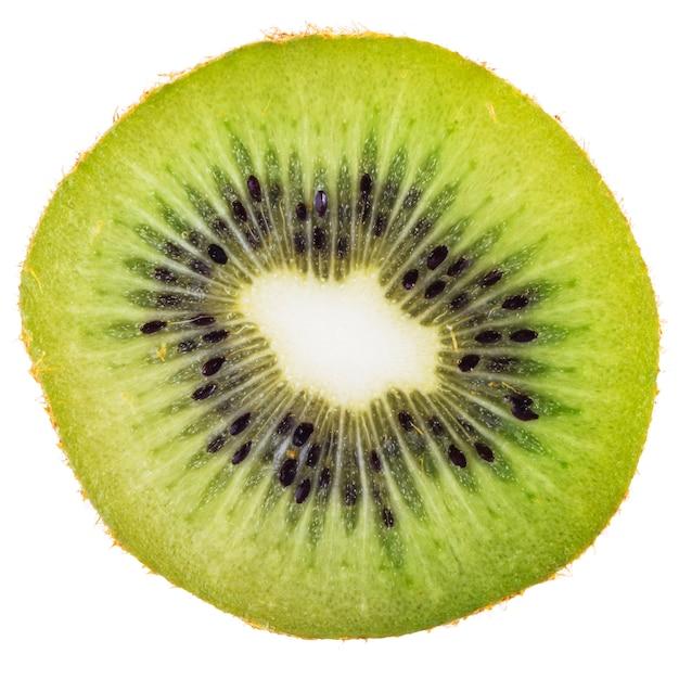 Sección transversal de kiwi maduro aislado