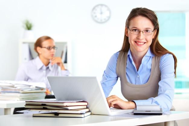 Secretaria con exceso de trabajo