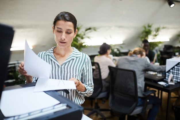 Secretaria de negocios escaneando documentos