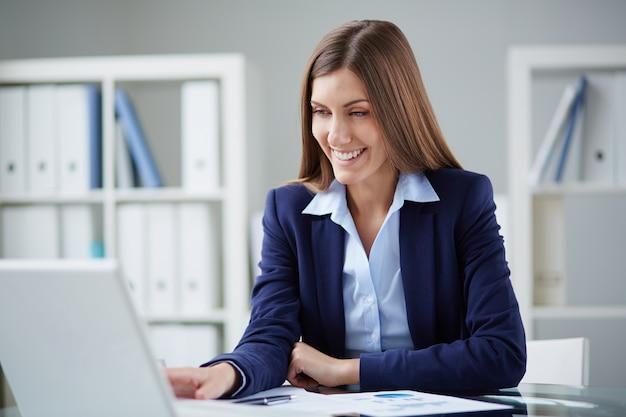 Secretaria sonriente planeando una reunión