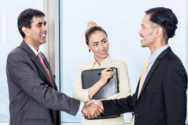 El secretario presenta al solicitante al jefe para una entrevista de trabajo