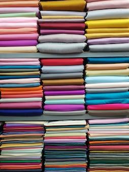 Seda de tailandia en el estante para la ropa