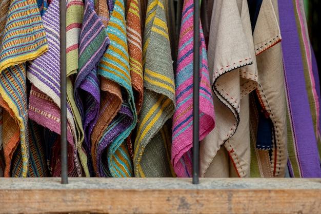 La seda está tejida en una variedad de colores.