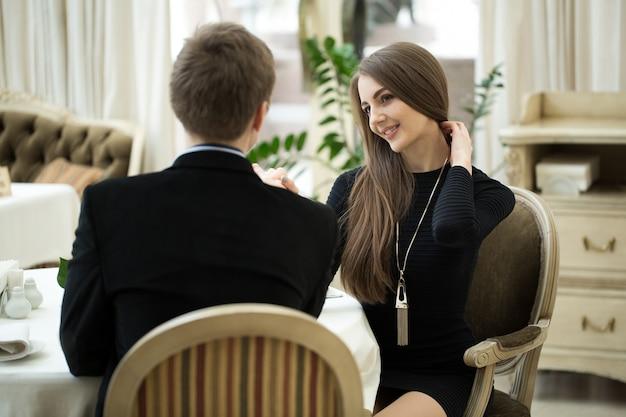 Seduciendo a hermosa mujer mirando a su amante. tener una conversación romántica