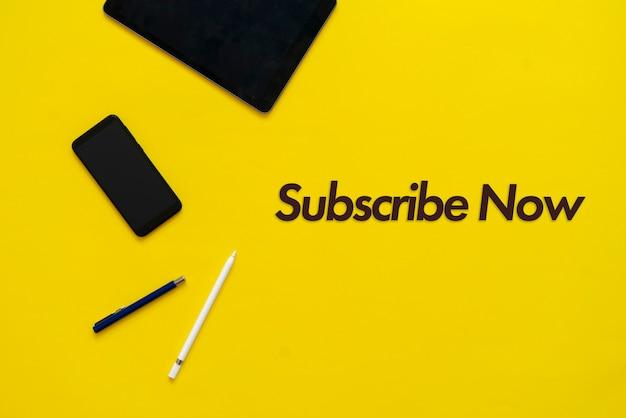 Un seguimiento del título de la sub-electricidad, disposición plana del dispositivo digital sobre la mesa
