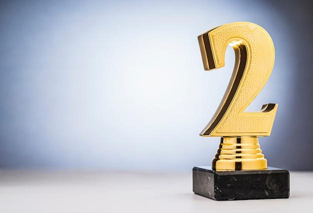 Segundo lugar, trofeo de oro runners up con espacio de copia