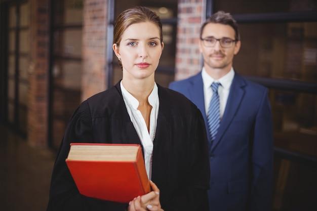 Segura abogada con empresario en oficina
