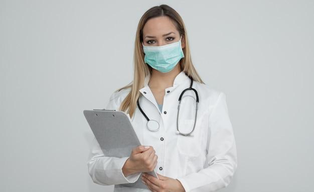 Segura doctora con máscara médica
