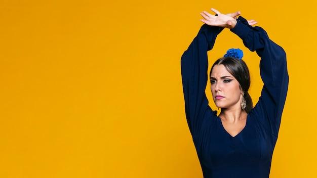 Segura mujer levantando las manos con espacio de copia