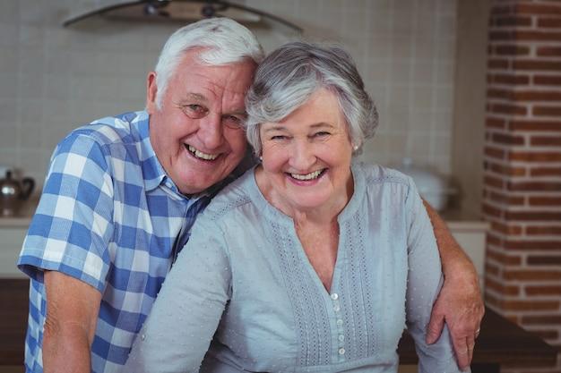 Segura pareja senior feliz