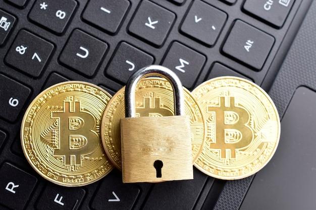 Seguridad de bitcoin, bitcoin con candado en el teclado del portátil
