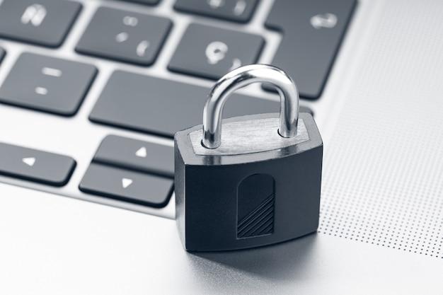 Seguridad informática, concepto de protección de seguridad de datos. candado cerrado en portátil moderno