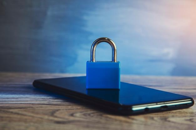 La seguridad móvil. concepto de robo de datos de teléfonos inteligentes