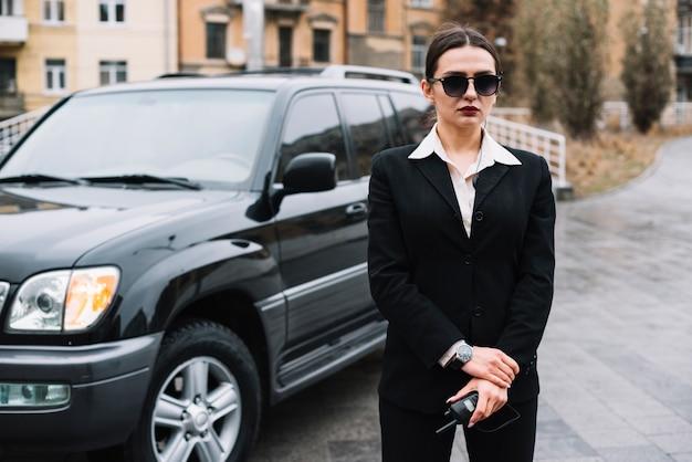 Seguridad profesional femenina brindando servicio de seguridad
