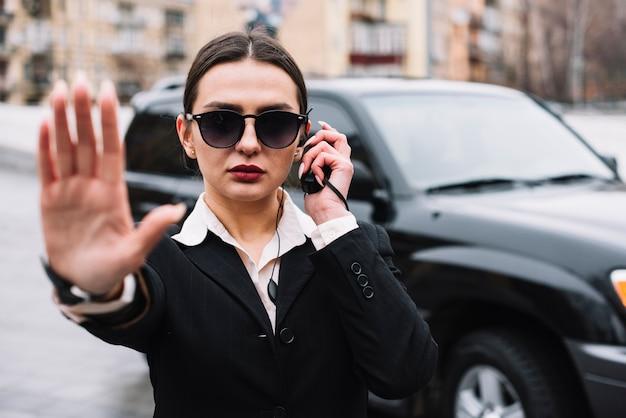 Seguridad profesional guardia de seguridad femenina