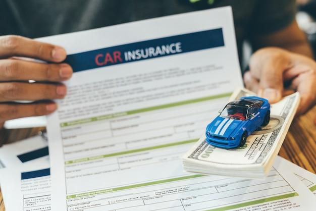 Seguro de automóvil y pólizas de cobertura de seguridad.