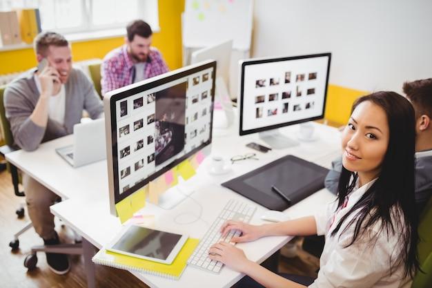 Seguro editor femenino trabajando en oficina creativa