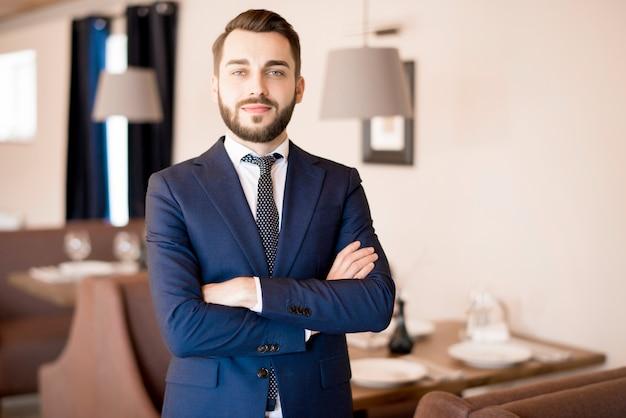 Seguro empresario guapo en restaurante
