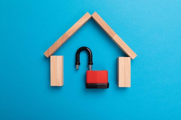 Seguro de hogar, alarma antirrobo, concepto de seguridad.
