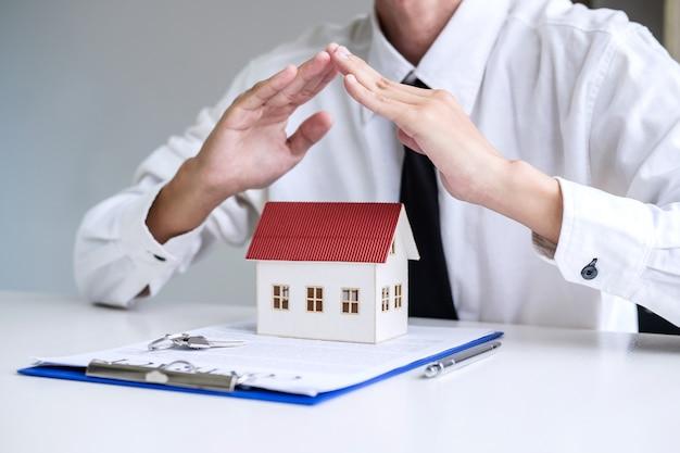Seguro y protección del cuidado del concepto de vivienda.