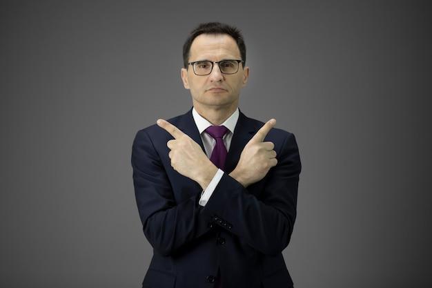 Seguros de 40 años empresario en gafas apuntando con sus dedos índices