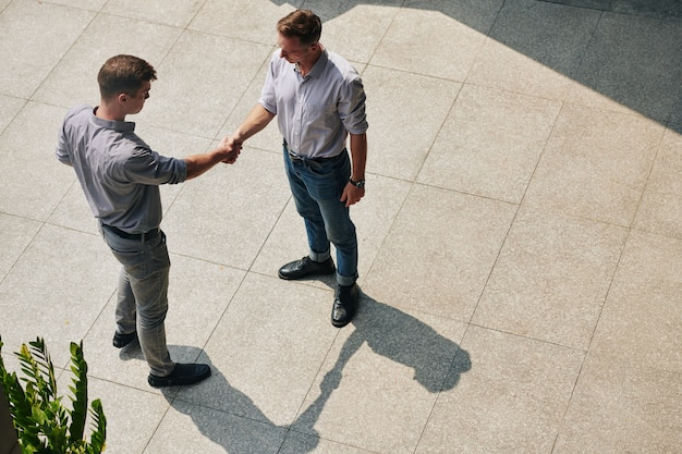 Seguros de empresarios estrecharme la mano